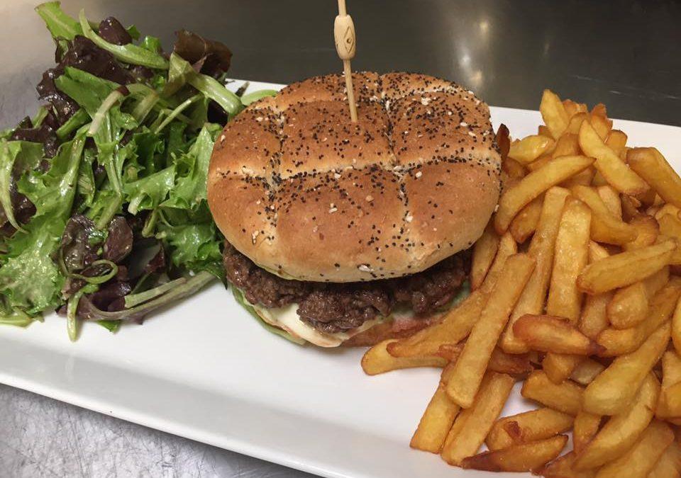 Le Burger du Moment : pain sarrazin/pavot, sauce au Bleu du Vercors, tomate fraîche, Charolais 180 gr, frites fraîches et salade : 15 €
